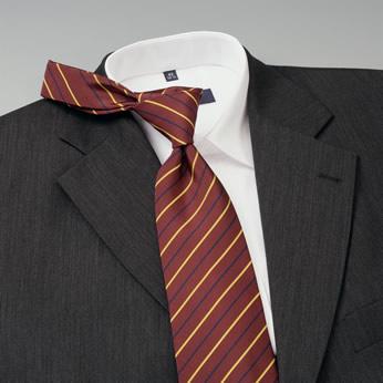Sin riesgos El acento proviene de la corbata Chaqueta gris, camisa blanca, ahora hace falta color, por ejemplo con una corbata de color vino.